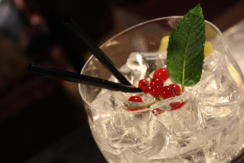Cocktail con bacche, limone e foglia di menta
